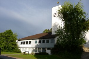 Blick auf die Kirche bei der Anfahhrt